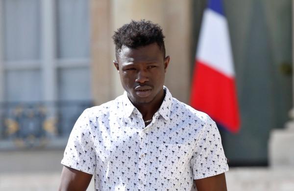 **'Spiderman' uit Mali krijgt Frans paspoort nadat hij kleuter op heldhaftige wijze redde**