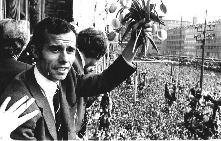 De legendarische linksbuiten Coen Moulijn op het bordes van het Rotterdamse stadhuis aan de Coolsingel tijdens de huldiging op 7 mei 1970.  Beeld ANP