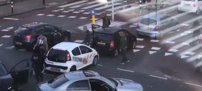 Videostill van de vechtpartij in Nijmegen na een aanrijding op het kruispunt.