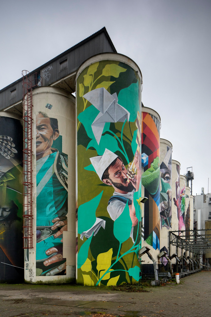 De beschilderde silo's op de Tramkade