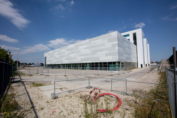 De nieuwe cleanrooms aan de achterkant van de gebouwen van ASML. Aansluitend hierop moet een grote logistieke hal komen.