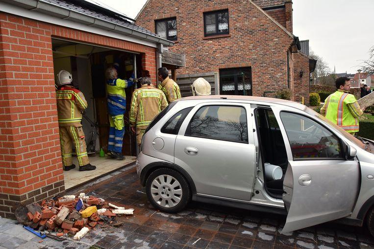 Een medewerker van Eandis kwam controleren of de gasleiding geraakt werd bij het ongeval. Dat bleek niet het geval.