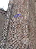 Een bewerkte foto van de ingemetselde ruit in de Oude Toren in Eindhoven.
