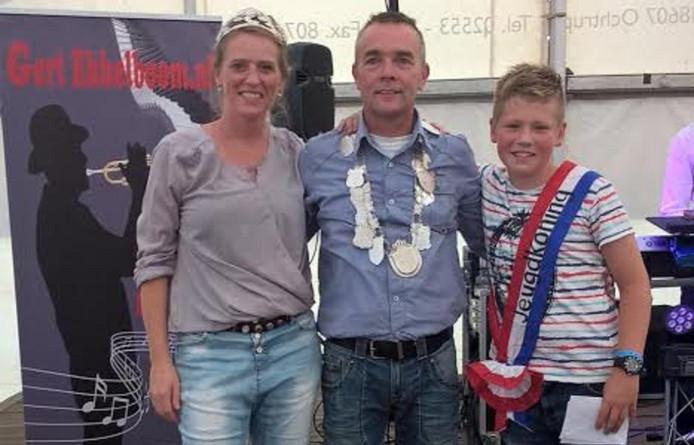 Van linksaf koningin Winanda Wielens, koning Marc Wielens en jeugdvorst Stan Nijhuis van het vogelschieten in Holterhoek.