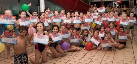 Eerste afzwemmers volgens nieuwe eisen in zwembad De Trits in Baarn