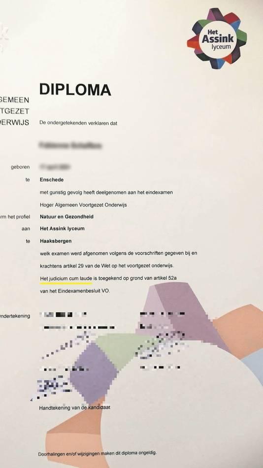 Het foutieve diploma, met daarop per abuis de zin 'Het judicium cum laude is toegekend op grond van artikel 52a van het Eindexamenbesluit VO'.