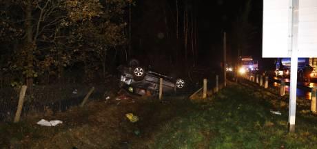 Auto slaat over de kop in Haps, gewonde naar ziekenhuis
