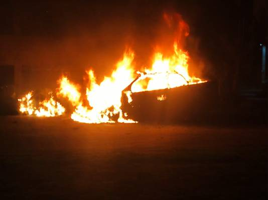 Inferno in de Weezenhof: de auto van advocaat Stef Goedvriend gaat in vlammen op.