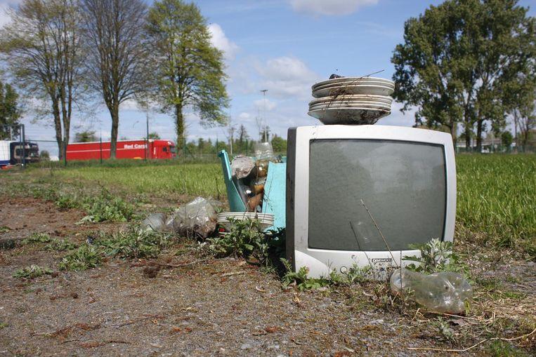 Een tv-toestel en servies werden gedumpt.