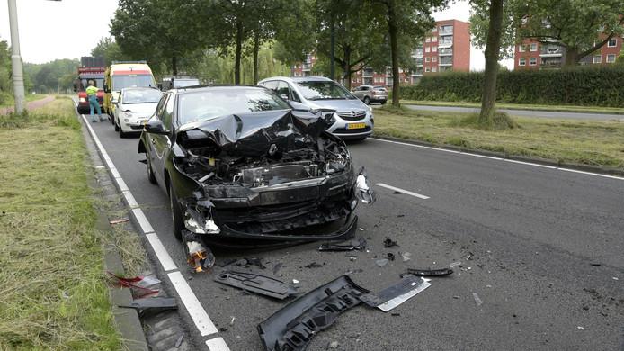 Vooral deze Renault raakt zwaar beschadigd. Het was de mdidelste auto in de aanrijding waarbij drie voertuigen betrokken waren.