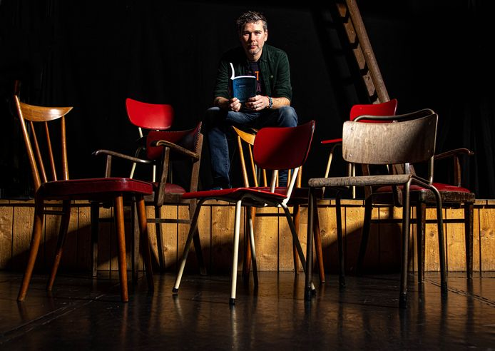 Afzwaaiend Stadsdichter Jeroen Kraakman uit Zwolle over Lege Stoelen, een poëzie-avond in het Perrontheater.