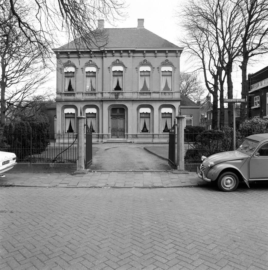 Tot Louis Janssens de eigenaar werd stond Villa de Vier Jaargetijden er grauw en ongeschilderd bij.