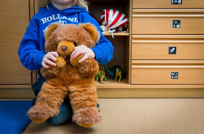 Kinderrechter Susanne Tempel en de Bredase advocaat Jack Schoenmakers trekken aan de alarmbel: door het tekort aan gezinsvoogden loopt de afhandeling van familiezaken met kinderen in nood compleet vast.