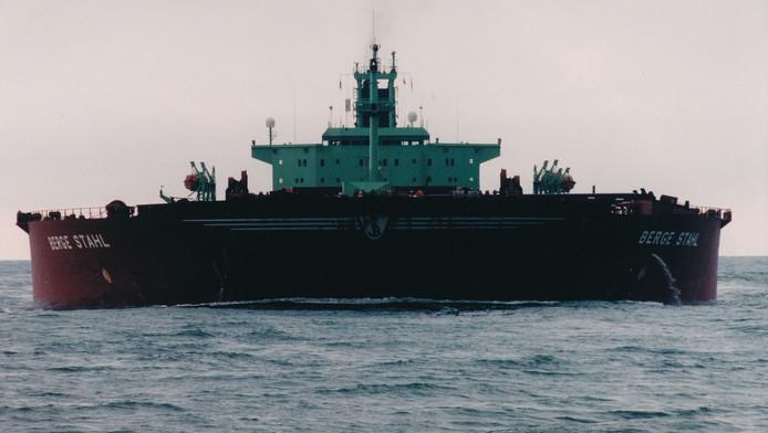 Het diepliggende ijzerertsschip Berge Stahl.