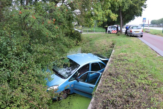 Auto rijdt in Maarssen de sloot in