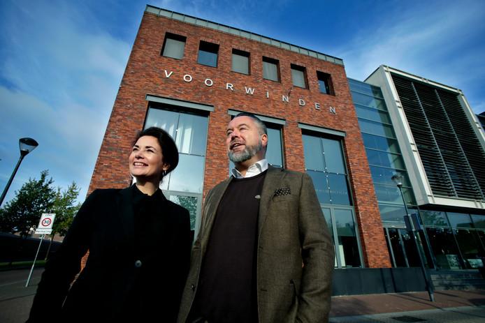 Ursula van Leeuwen en Stefan Komduur voor het pand waar ze per 1 december Helemaal Mooii Lifestyle openen.
