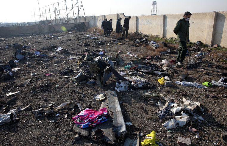 Beeld van de bezittingen van de inzittenden van de vliegtuigcrash in Iran, waarbij iedereen om het leven kwam. Beeld EPA