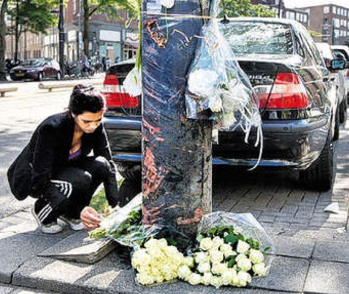 Buurtbewoners van de West-Kruiskade leggen bloemen neer voor Zakia en Karima, de twee vrouwen die omkwamen bij de gruwelijke crash