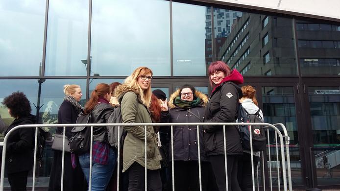 De fans Sara Ali, Ghada Ali en Vanessa Erfurt (vlnr) in de rij voor  poppodium Doornroosje in Nijmegen