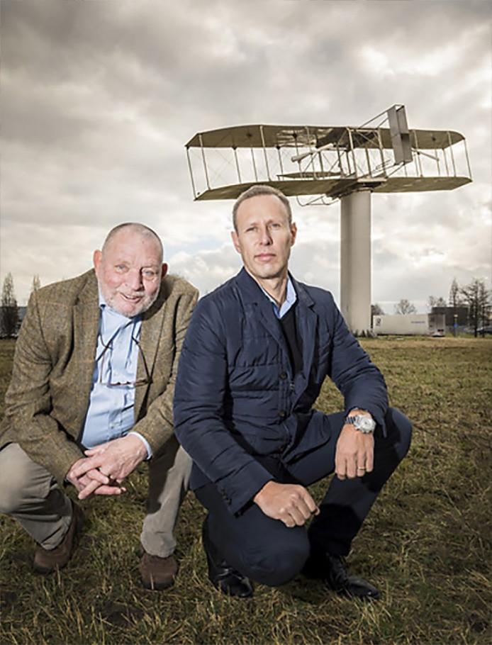 Bestuurders Stichting Eerste Gemotoriseerde Vlucht In Nederland werken aan eerste grote symposium komende zomer in Nobelaer. Op de foto bij de zuil met replica van Wright Flyer Stef Have (directeur eigenaaren Seppe) & Giel Venema (voorzitter SEGVIN li)