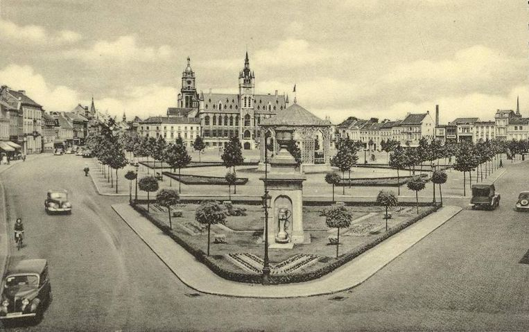 De Grote Markt van Sint-Niklaas, met de stadspomp vooraan in het Warandepark, waar zich nu standbeeld Het Woord bevindt.