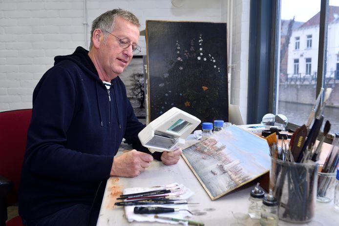 Restaurateur Ep de Ruiter bij het werk van Caspar van Wittel: 'Het werk van Van Wittel lijkt mij een compilatie van schetsen die hij eerder maakte'.
