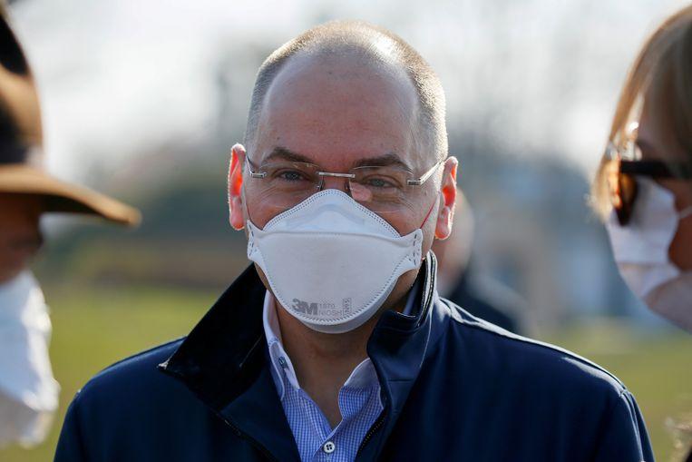 De  Oekraïense minister van gezondheid Maksym Stepanov draagt een mondkapje terwijl hij toekijkt hoe medisch personeel vertrekt naar  Italië om collega's bij te staan tijdens de corona-epidemie, april dit jaar.  Beeld Reuters