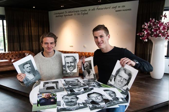 Thijs Dekker (links) en Mark Spenkelink poseren met de foto's van de trainers van Go Ahead Eagles