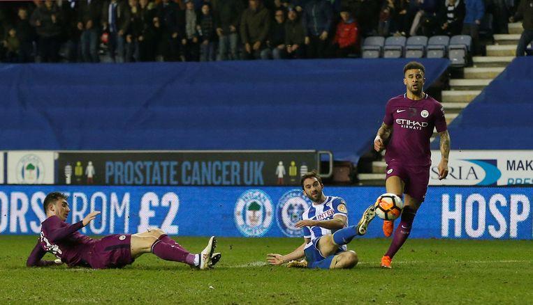 WILL GRIGG ON FIRE: de spits profiteert van een fout van Kyle Walker om toe te slaan. Wigan- Manchester City 1-0.