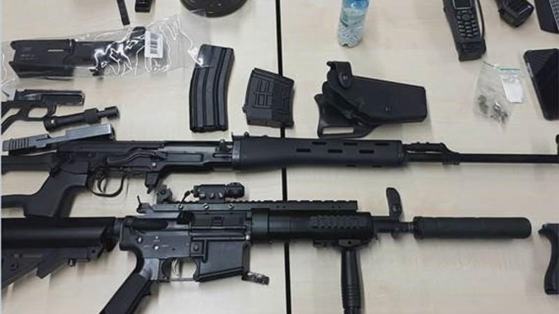 In totaal zes wapens werden gevonden in de woning van de man. De politie vermoedt dat het gaat om luchtdrukwapens.