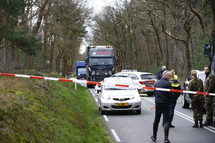 De N310 bij Elspeet werd afgezet na het dodelijke ongeluk.