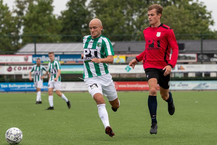 Achilles Veen-verdediger Maarten Boddaert (links) houdt zijn tegenstander van de bal.