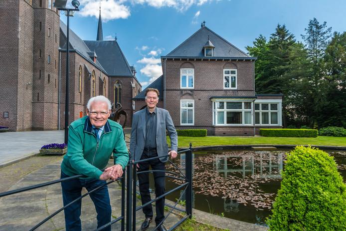 Gerrit Aarninkhof en Paul Nijmeijer bij de pastorie waar het Ontmoetingshuis zal komen. In de tuin worden twaalf zorgappartementen gebouwd.