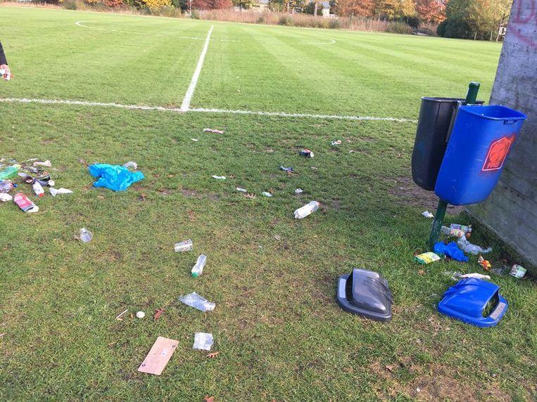 Zondag was het weer zover: voorzitter Kris De Clippeleir trof heel wat rommel aan op het veld van voetbalclub Simikos.