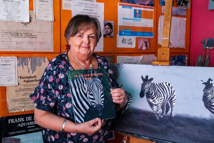 Rit Dierckx, schilderes en ex-kleuterleidster, toont haar eerste prentenboek. Ze maakte de illustraties zelf.