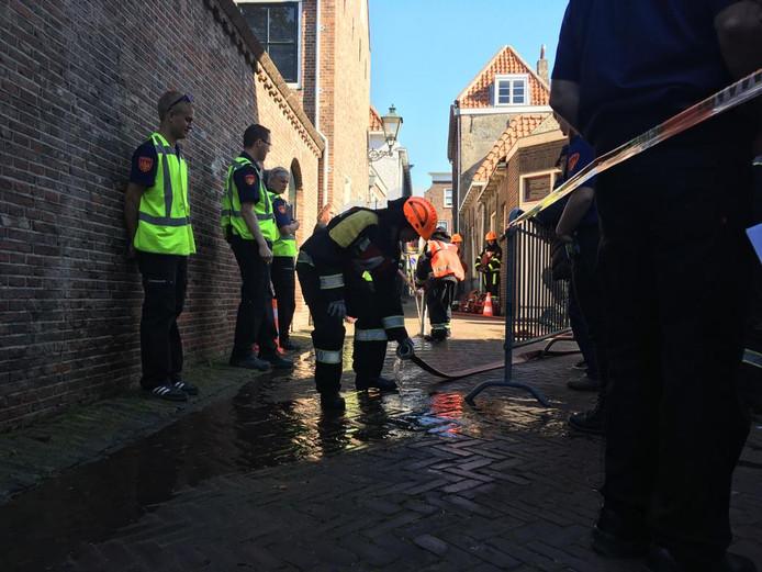 De aspiranten lage druk moesten aan de bak in de Witte Eyestraat in Zierikzee waar in een pand van Zeelandia brand was uitgebroken.