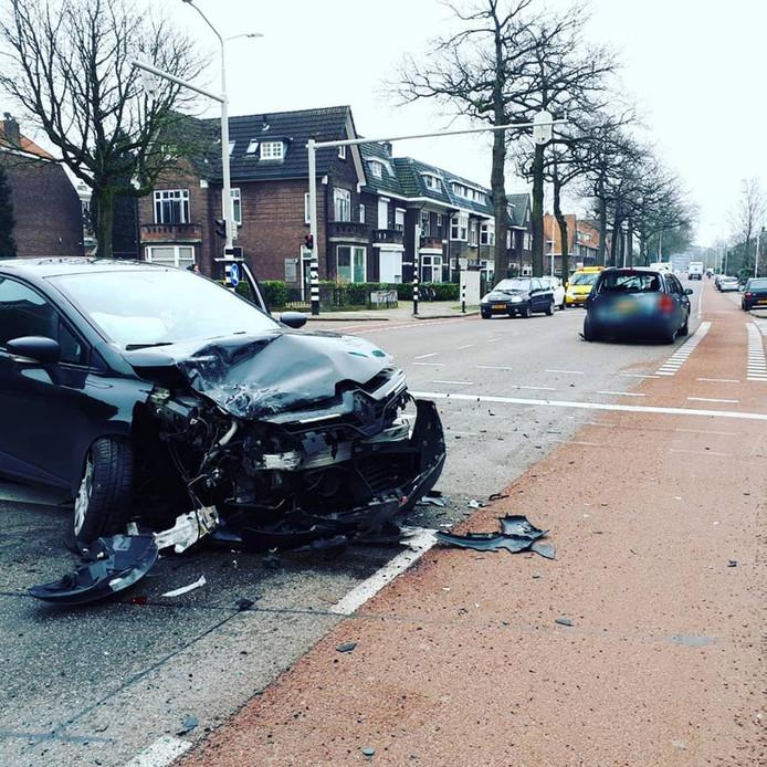 Bij de botsing raakten de auto's flink beschadigd.