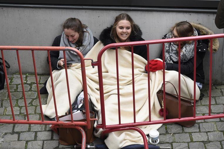 Deze meisjes hadden een warm dekentje meegebracht om de koude te bestrijden.