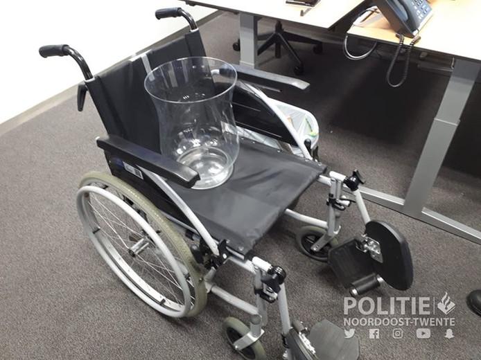 De rolstoel en de vaas zoals de politie die zaterdagavond vond.