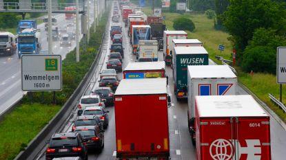 Aanstormende truck in achteruitkijkspiegel? Experts geven tips om  ongevallen te vermijden