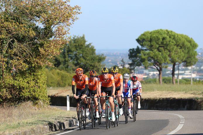 Pascal Eenkhoorn, Dylan van Baarle, Antwan Tolhoek en Jos van Emden op de wegen rond Imola, twee dagen voor het WK.