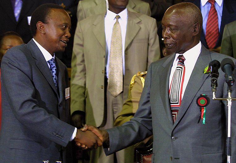 Keniaanse politici geven elkander een hand. Beeld afp