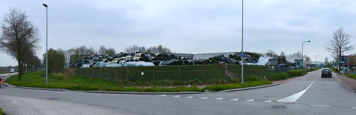 De stapels kunstgrasmatten op het terrein van Tuf Recycling aan de Vierbundersweg in Dongen, zijn andere ondernemers op industrieterrein Tichelrijt een doorn in het oog.