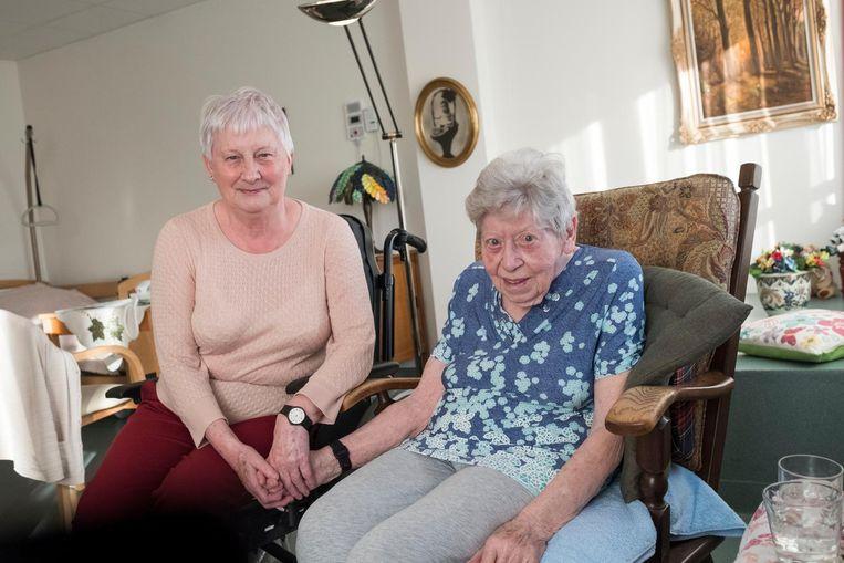 Maria Derycke (rechts) met haar schoonzus Angèle.