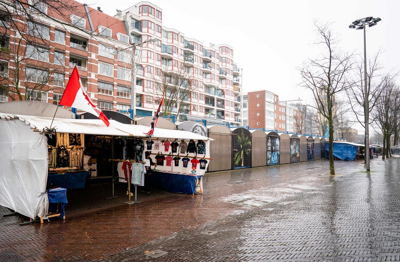 Het is rustig op het Amsterdamse Waterlooplein. Om verdere verspreiding van het coronavirus te voorkomen stelt het kabinet dat mensen zoveel mogelijk moeten thuiswerken. Beeld ANP