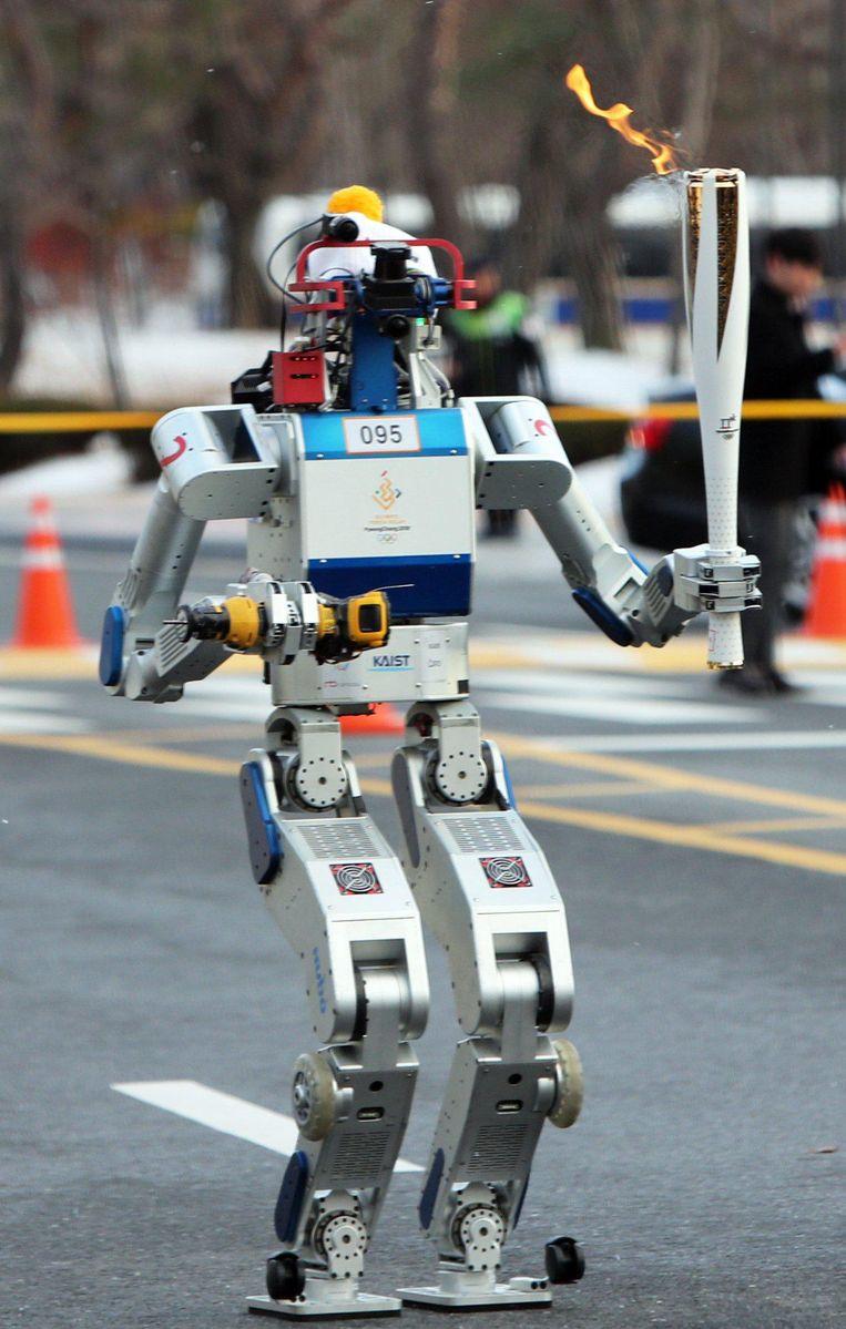 Een robot die een fakker vasthoudt. Beeld Woohae Cho