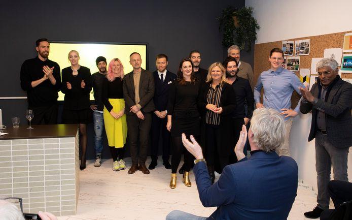Wethouder Jan van Dellen klapt voor de creatieve kopstukken van de stad die zich twee dagen lang hebben gebogen over 'het merk Arnhem'.  Geheel rechts Henk Ramautar, voorzitter van de Stichting Made in Arnhem.