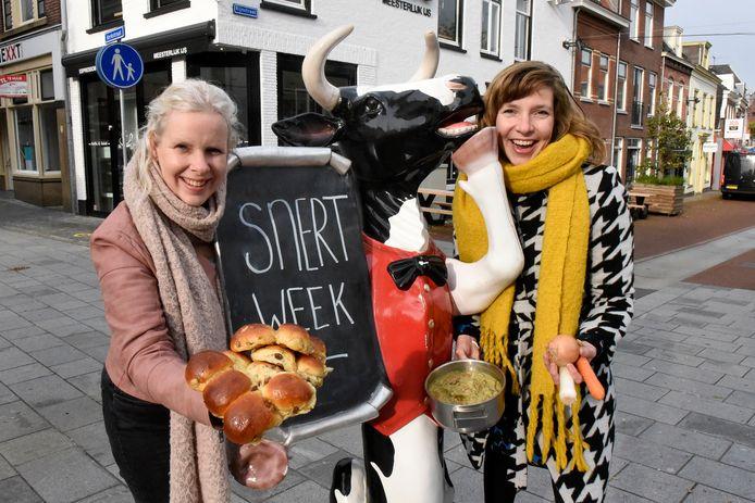 Patricia van Hall en Marleen Strien organiseren namens Stadshart Woerden de Woerdense Snertweek met een snertwedstrijd, koeienjacht, schijt je rijk-spel, koe-rant en een poging om de Woerdense kristaljons op de kaart te zetten.