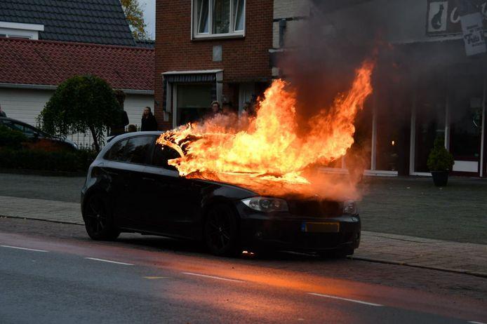 De brandende auto werd langs de kant van de weg gezet.