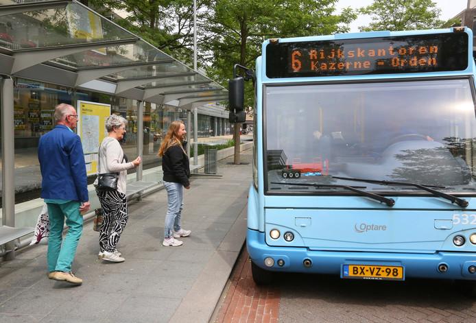 Slechts aan zes stadslijnen in Apeldoorn - waaronder lijn 6 - stelt de provincie minimumeisen. De toekomst  van twaalf andere lijnen, zoals die naar het ziekenhuis, is onzeker.